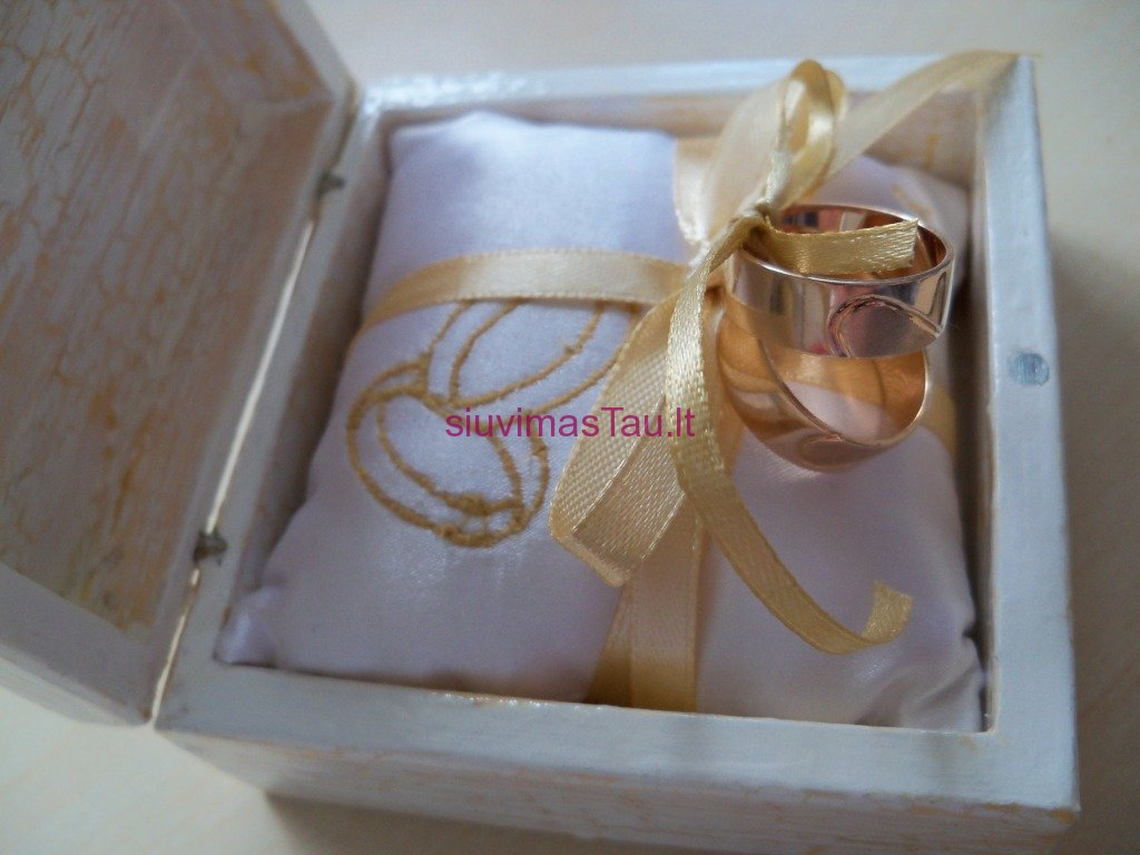 Vardine vestuviniu ziedu pagalvele (5)